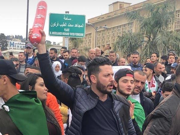 """ما قصة """"الكاشير"""" الذي يحمله الجزائريون في مظاهراتهم؟"""