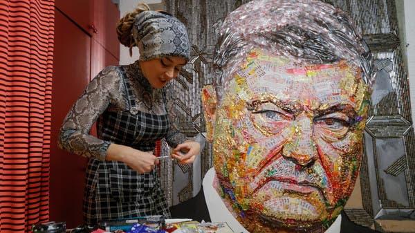 """لوحة """"سياسية"""" من أغلفة الحلوى والرصاص.. تعرف على قصتها"""
