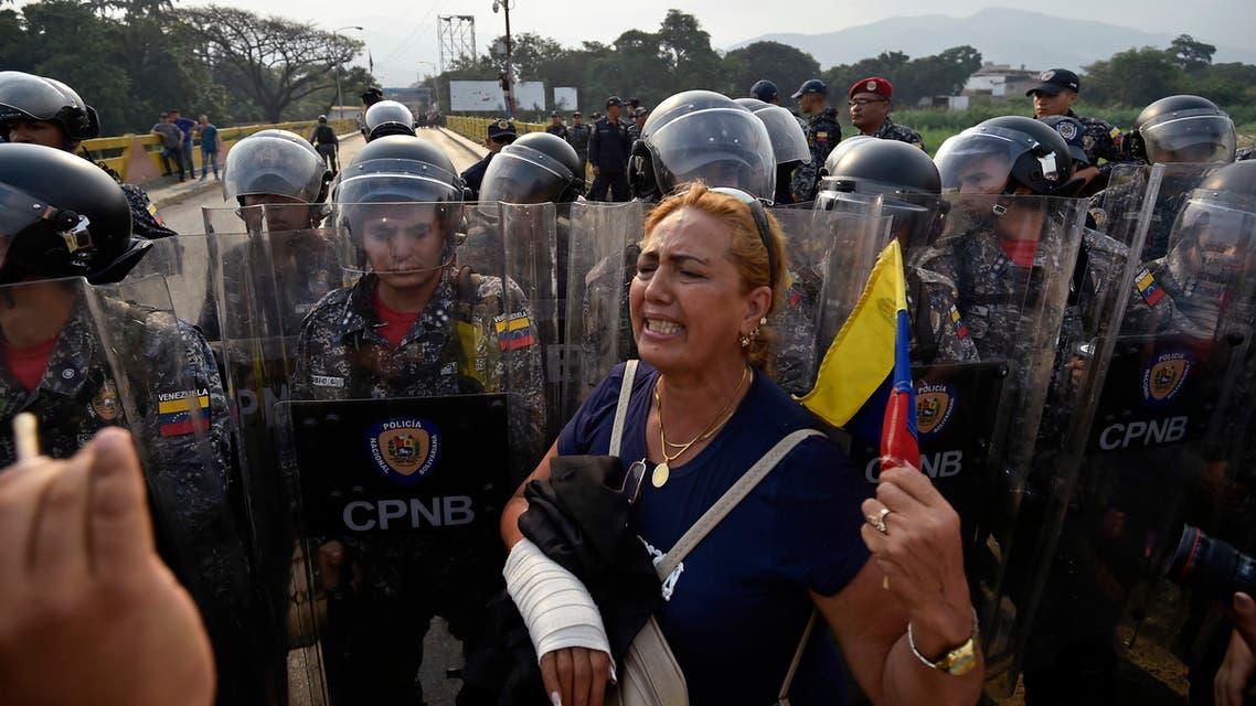 فنزويليون يطالبون بالسماح لدخول المساعدات الإنسانية من كولومبيا