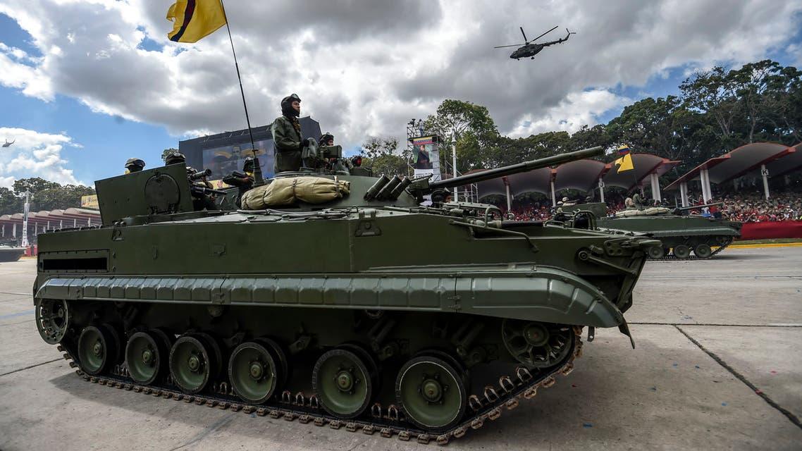 جنود فنزويليون يقودون دبابة روسية الصنع خلال عرض عسكري في كاراكاس