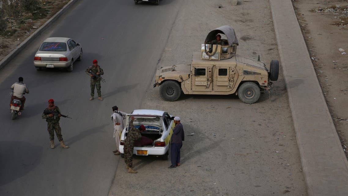 عناصر من الأمن الأفغاني عند نقطة تفتيش في غزنة