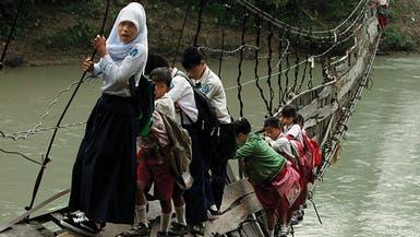 صغار يواجهون مخاطر يهابها الكبار على طريق المدرسة