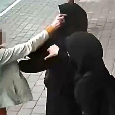 فيديو من تركيا لاعتداء في الشارع على محجبتين