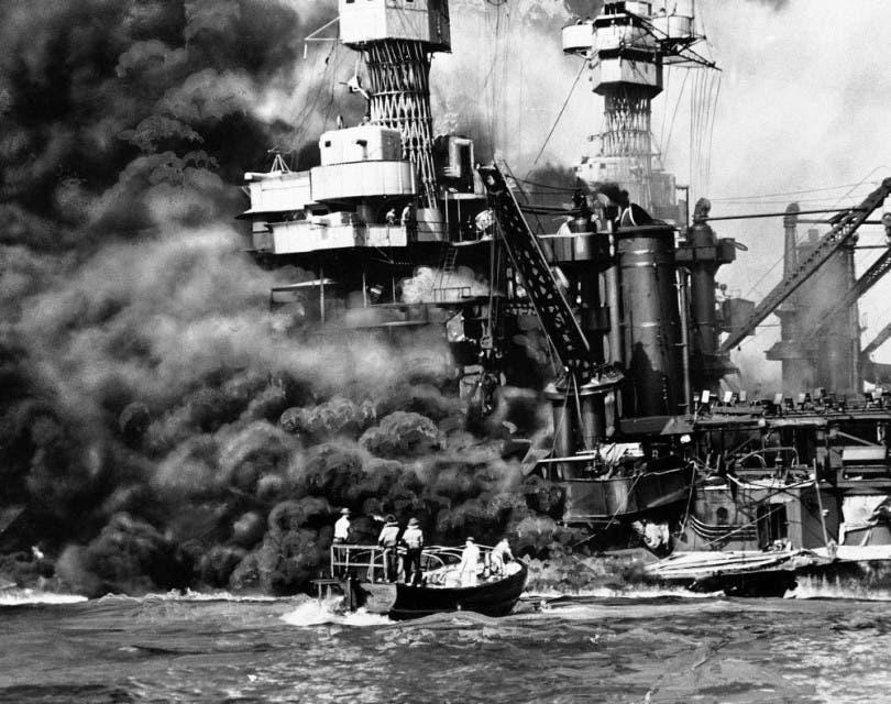 صورة لجانب من القطع البحرية الأميركية المدمرة عقب هجوم بيرل هاربر