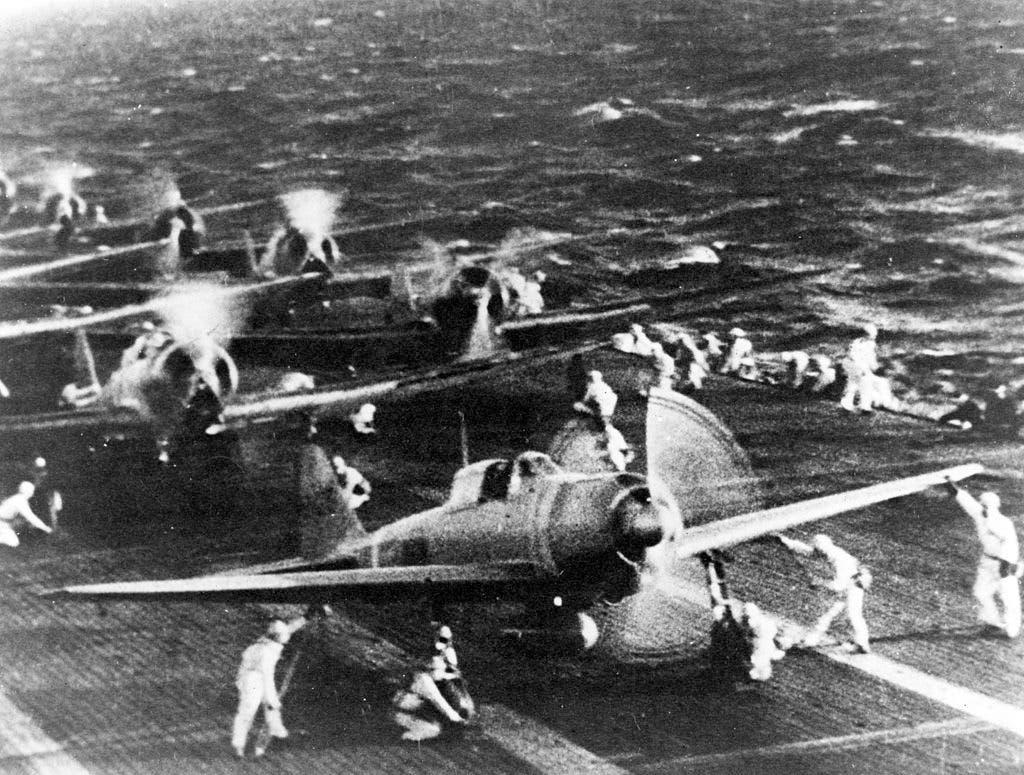 صورة لعدد من طائرات زيرو قبيل إقلاعهم لقصف بيرل هاربر