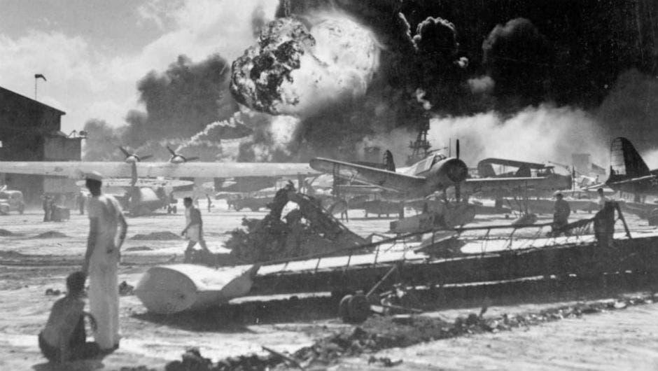 جانب من الخراب الذي لحق بقاعدة بيرل هاربر عقب الهجوم الياباني