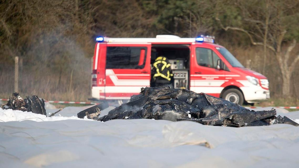 The burnt out debris of a small aircraft lies on a field near the small airport of Egelsbach near to Frankfurt, Germany, Sunday, March 31, 2019. 9AP)