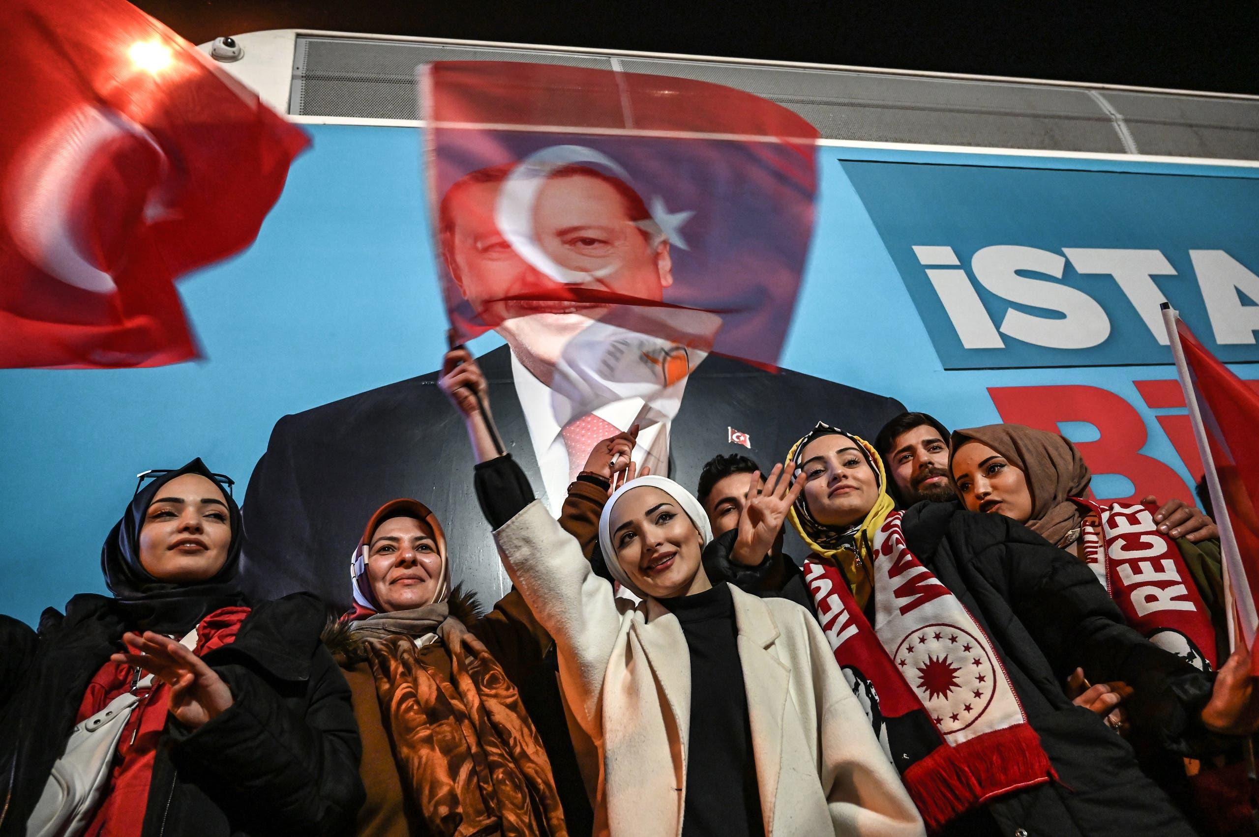 مناصرين لأردوغان في اسطنبول(فرانس برس)