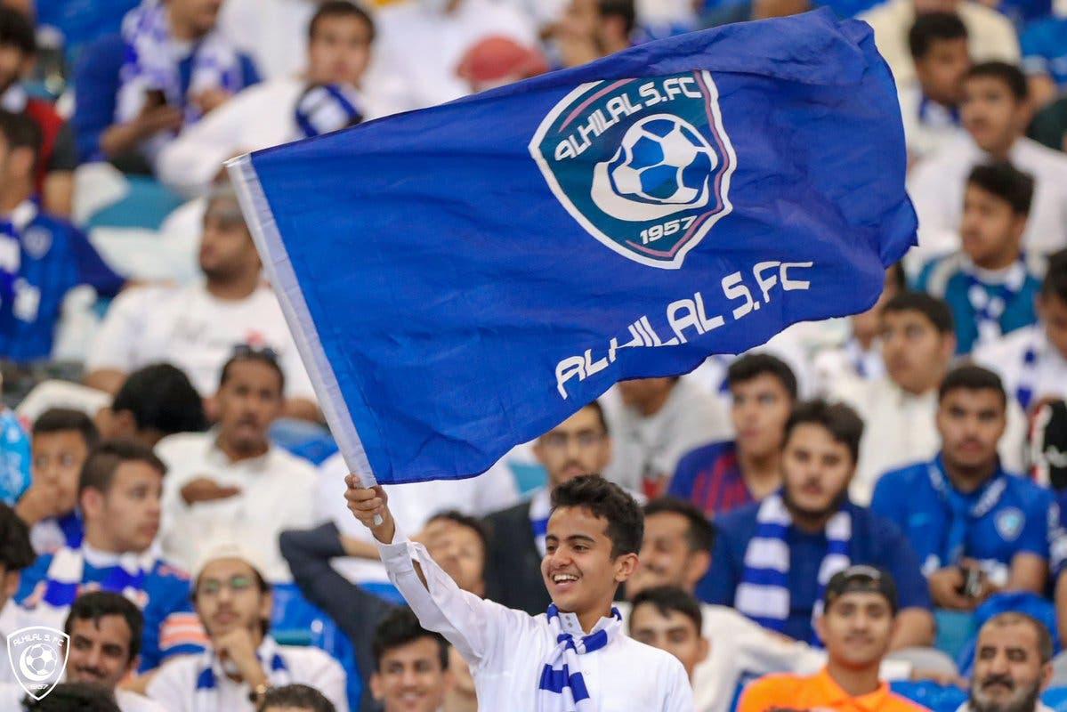 مشجع يحمل شعار الهلال في مباراة الفريق ضد النصر