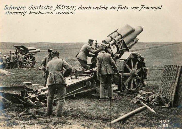 صورة لعدد من المدافع الألمانية خلال الحرب العالمية الأولى