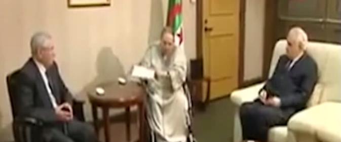 الرئيس الجزائري يسلم أوراق استقالته لرئيس المجلس الدستوري بحضور رئيس مجلس الأمة