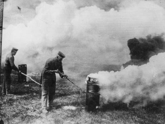 صورة لعدد من الجنود الألمان أثناء استخدامهم لغاز الكلور خلال الحرب العالمية الأولى