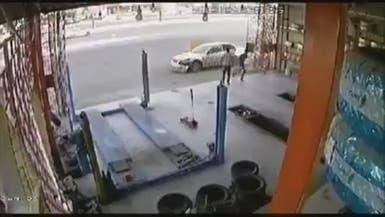 شاهد.. سيارة مسرعة دون سيطرة تودي بحياة عامل في مكة