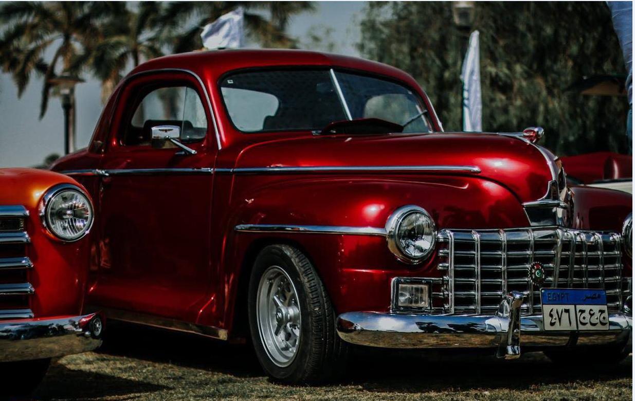 معرض سيارات قديمة للمشاهير هنا يطالع المصريون ذكريات ماضيهم