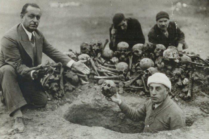 صورة لعدد من بقايا الجثث التي تم استخراجها من مقبرة جماعية أرمينية