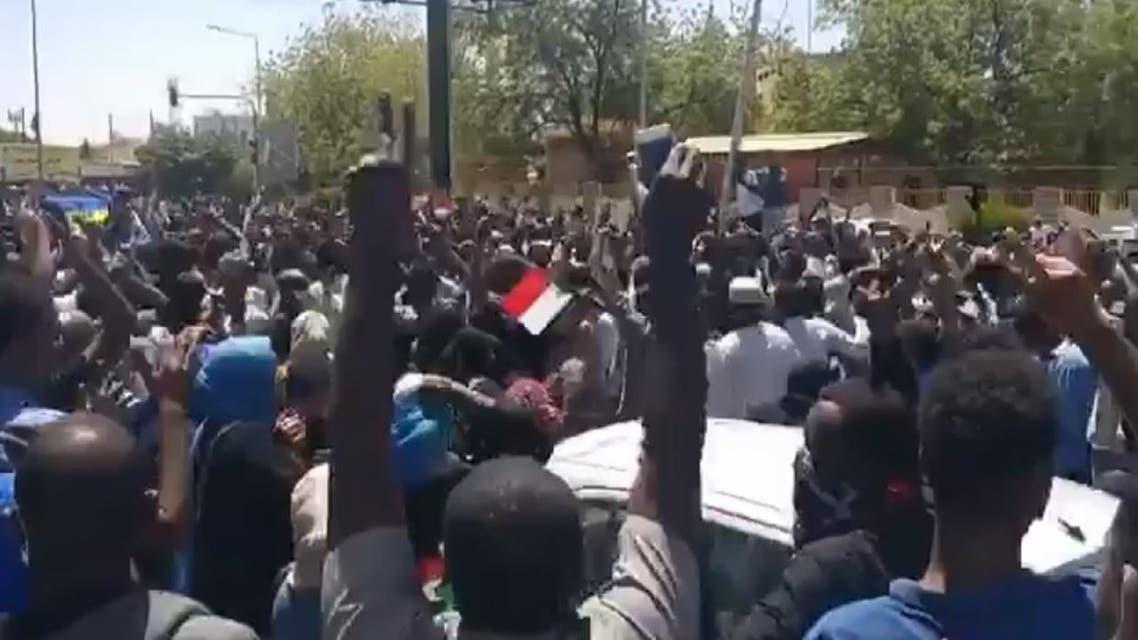تظاهرات الشارع السوداني تصل محيط مقر الجيش