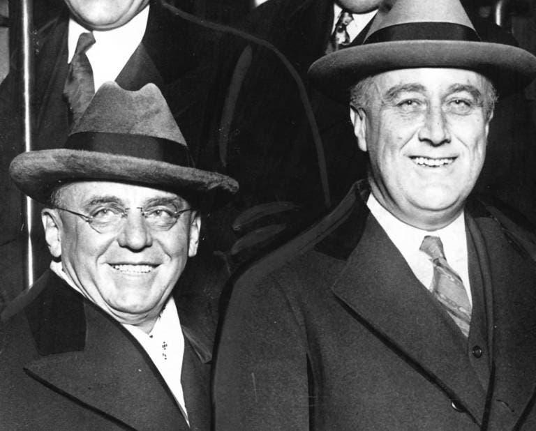 صورة تجمع بين الرئيس الأميركي روزفلت وعمدة شيكاغو أنطون سيراك