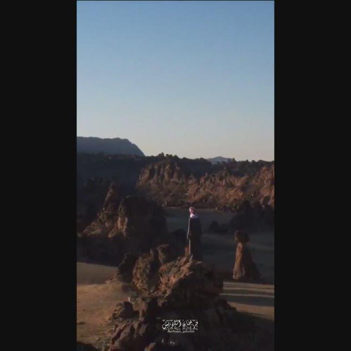فيديو يحبس الأنفاس.. شاب سعودي على قمة جبل شاهق