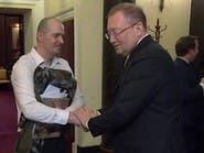 بريطاني يسأل سفير روسيا وجها لوجه: لماذا بلدكم قتل صديقتي؟
