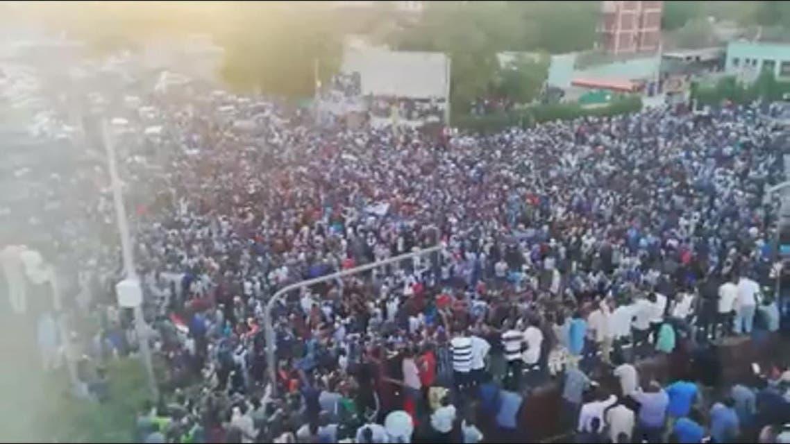 THUMBNAIL_ المحتجون أمام مقر البشير رغم تحذيرات مجلس الدفاع