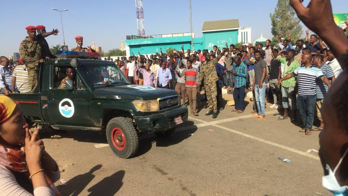 متظاهرون سودانيون يحيطون بسيارة تابعة للجيش أثناء تجمهرهم في منطقة المقر العسكري في العاصمة الخرطوم