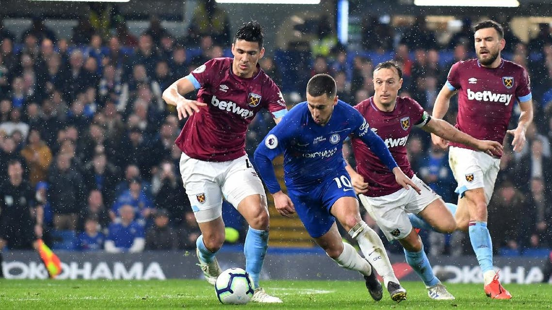 Chelsea's Belgian midfielder Eden Hazard (C) runs past West Ham United's Paraguayan defender Fabián Balbuena (L) and West Ham United's English midfielder Mark Noble (2nd R) uring the English Premier League football match between Chelsea and West Ham United at Stamford Bridge in London on April 8, 2019. (AFP))