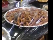 """شاهد.. فأر """"يتمختر"""" داخل طبق حلويات بمخبز في عُمان"""