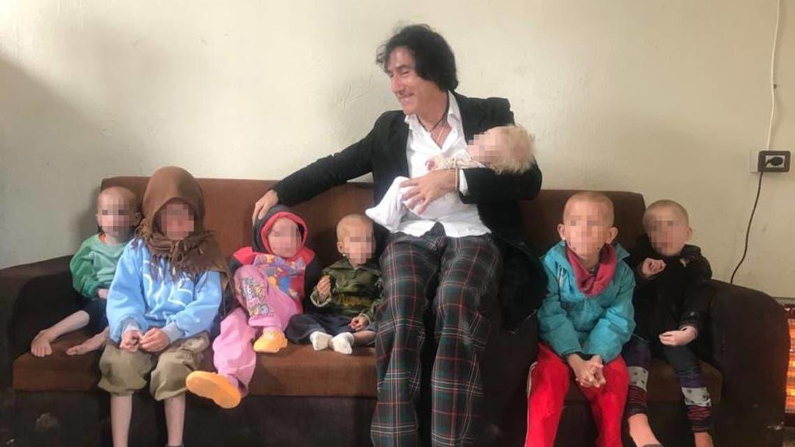 الجد مع أطفاله السبعة