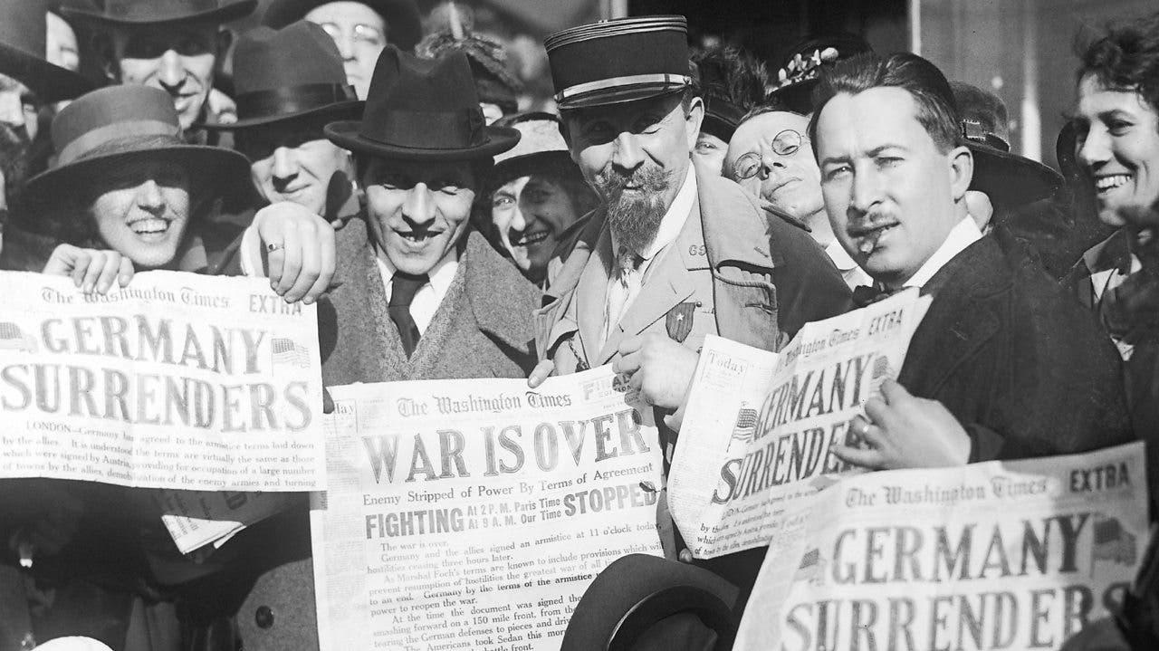 صورة تبرز احتفال الأميركيين بالإعلان الزائف عن نهاية الحرب وهزيمة ألمانيا
