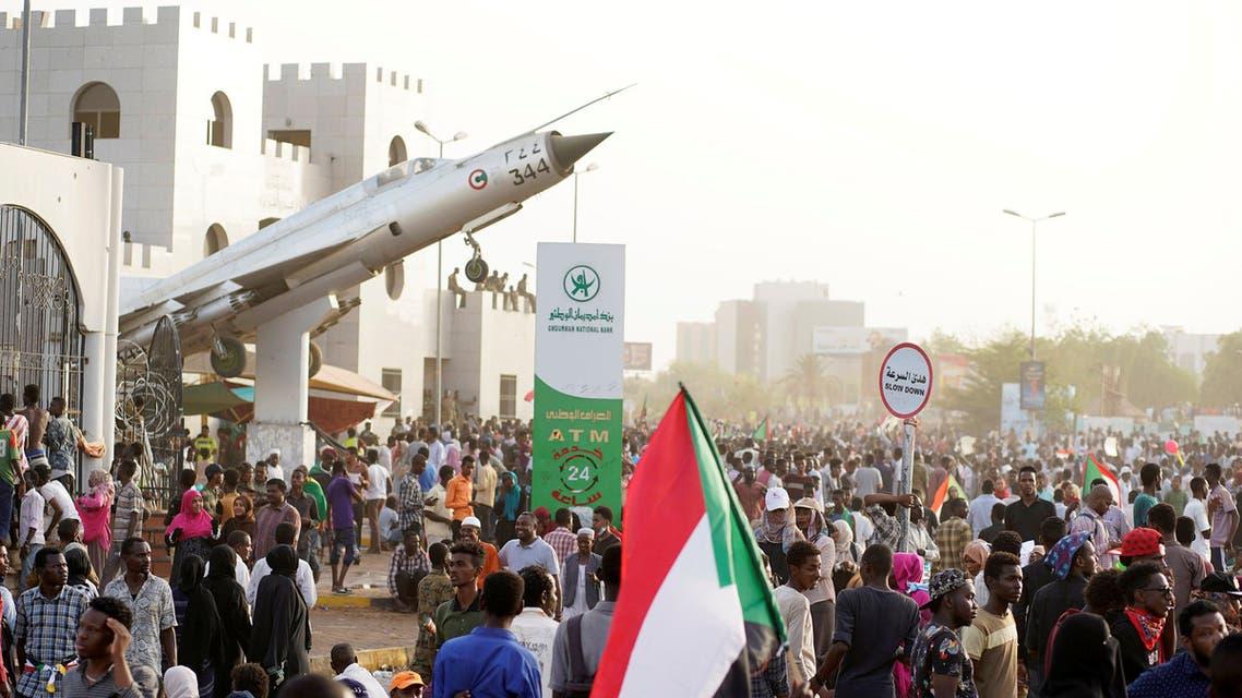 من تظاهرات السودان أمام قيادة الجيش
