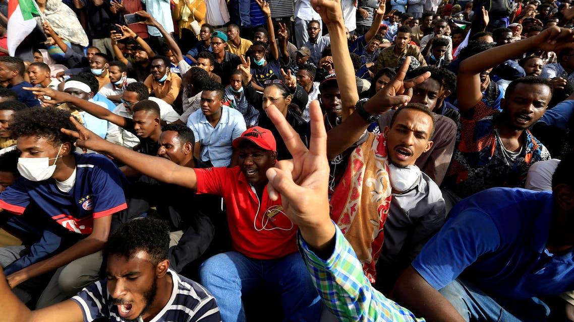 متظاهرون سودانيون أمام وزارة الدفاع في الخرطوم الخميس