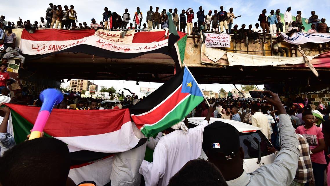 متظاهرون أمام مقر القيادة العامة في الخرطوم