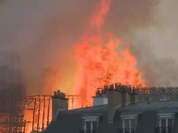 شاهد.. لحظة انهيار برج كاتدرائية نوتردام في باريس