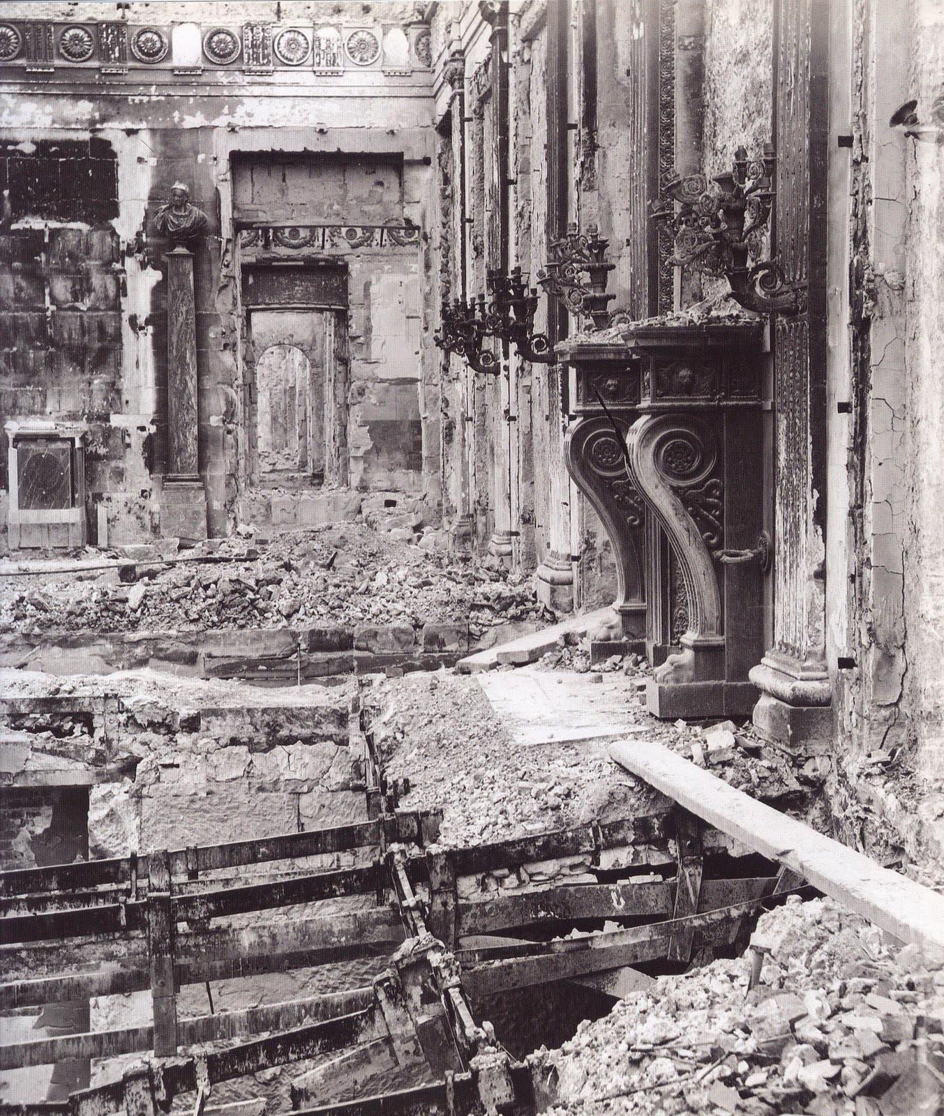 صورة لأحد الأروقة التي دمرها حريق قصر التويليري سنة 1871