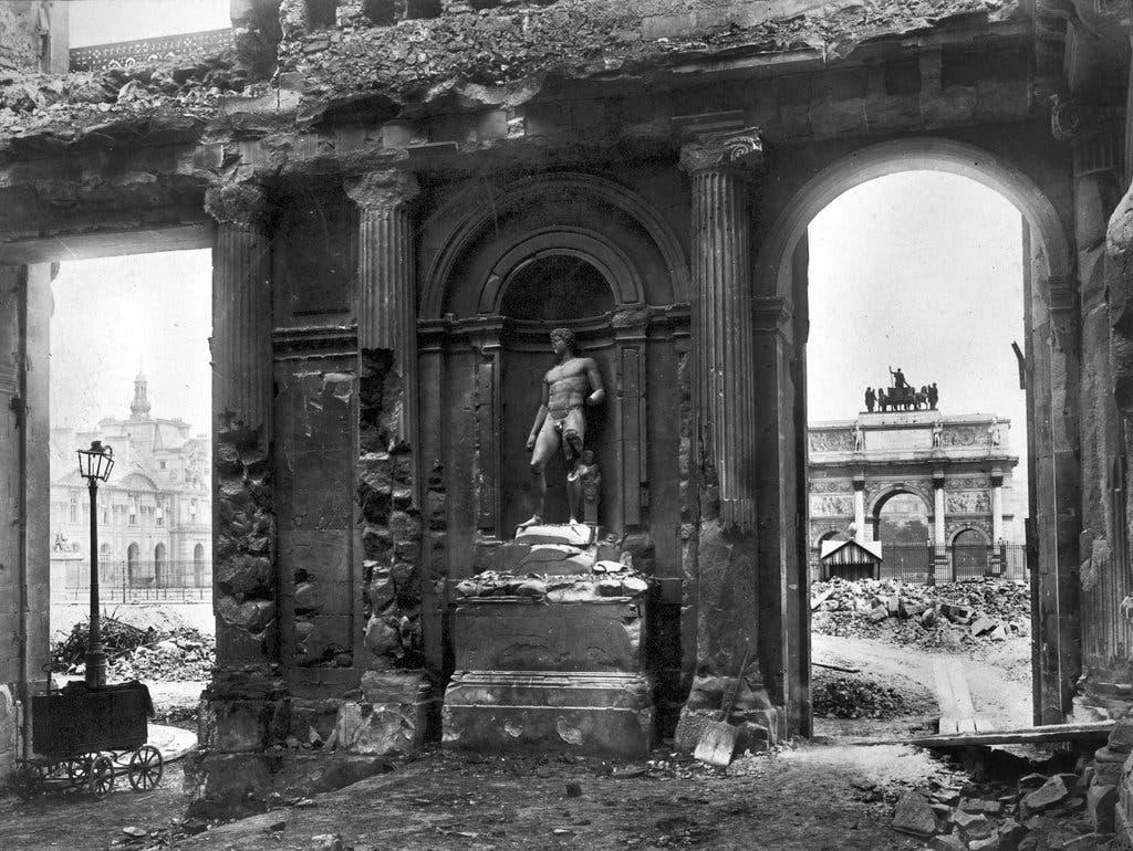 صورة لجانب من الخراب الذي لحق بقصر التويليري عقب احراقه