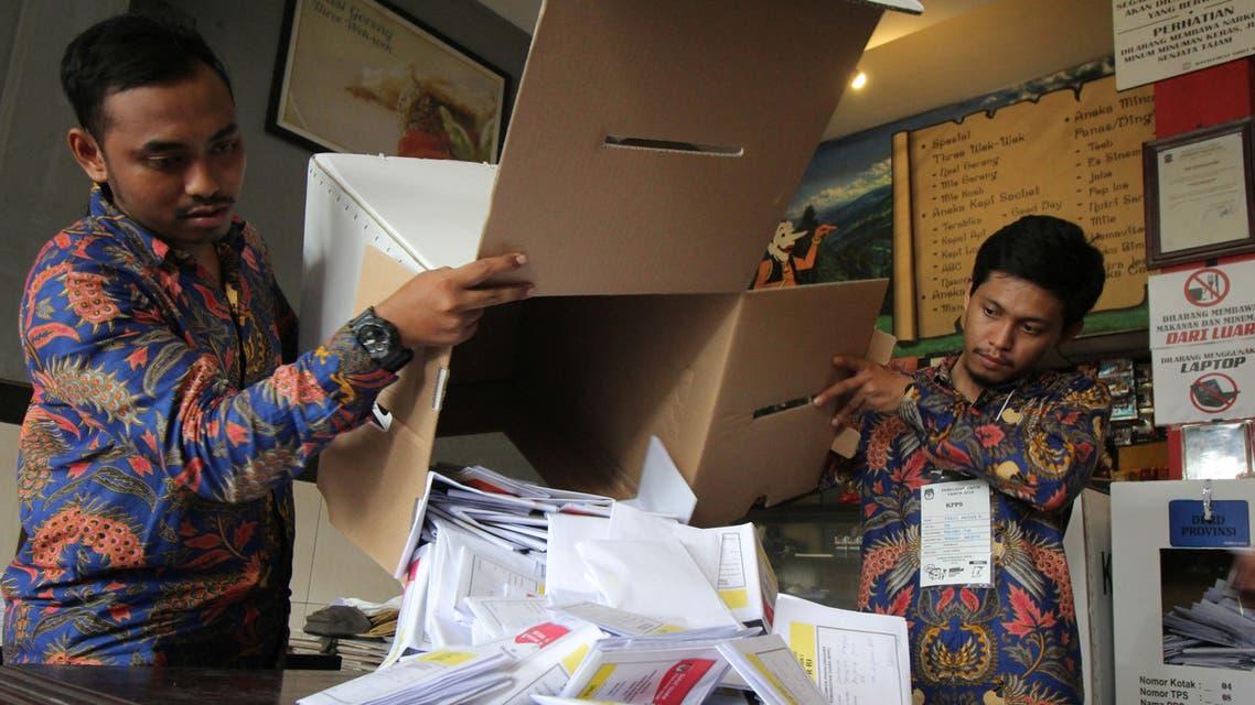 مسؤولان يفرزان أصوات الناخبين في الانتخابات الرئاسية في جاوة بإندونيسيا الأربعاء