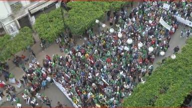 الجزائر.. جدار بشري بين المتظاهرين والأمن لتأكيد السلمية