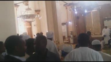 شاهد.. مصلون يهاجمون مساعد البشير ويطردونه من المسجد