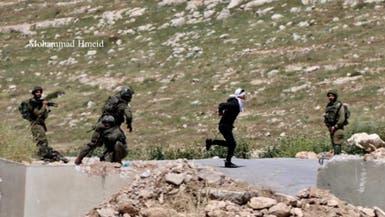 صورة.. أطلق الجيش الإسرائيلي عليه النار وهو مكبّل