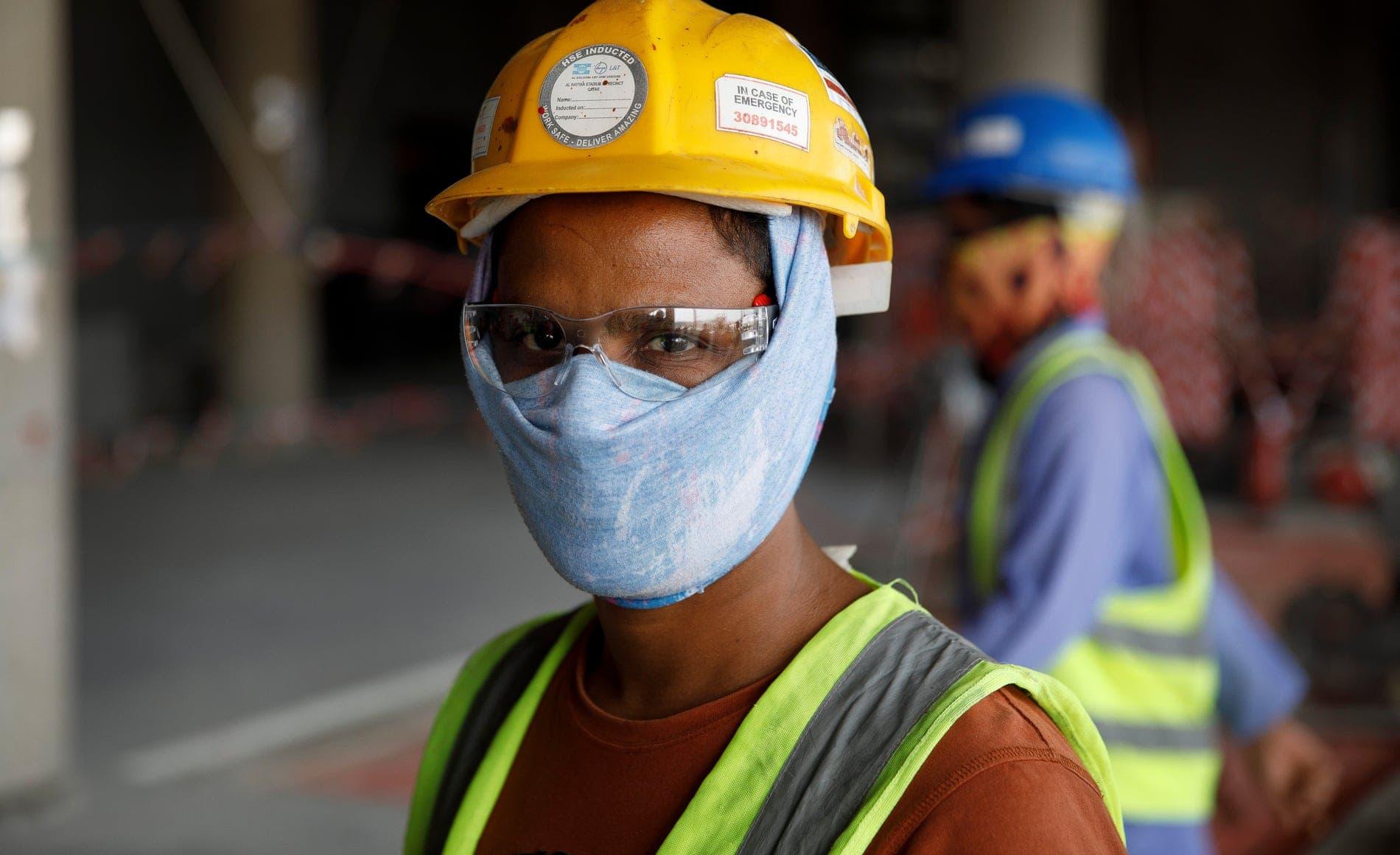 عامل في ملاعب قطر