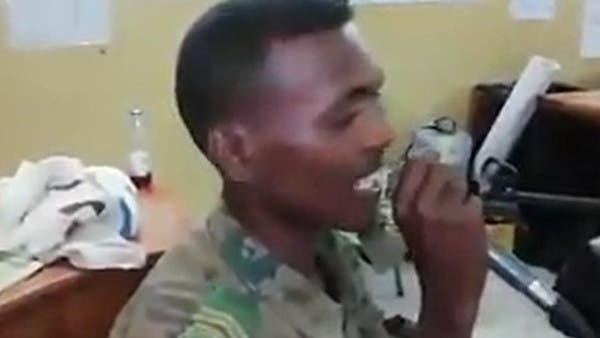 جندي سوداني يسرق المذياع.. ويخطف ألباب المعتصمين