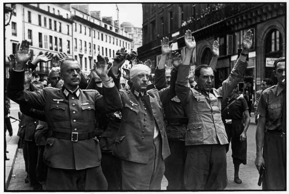 صورة لجنود ألمان استسلموا للحلفاء بباريس سنة 1944