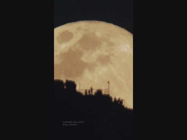 لقطة مهيبة لبزوغ القمر من جبل النور.. وهذه قصتها