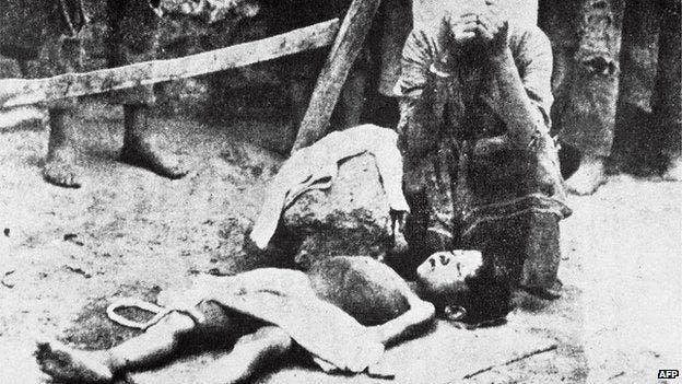صورة لأم أرمينية تبكي ابنها الذي توفي جراء الجوع والإرهاق خلال عمليات التهجير