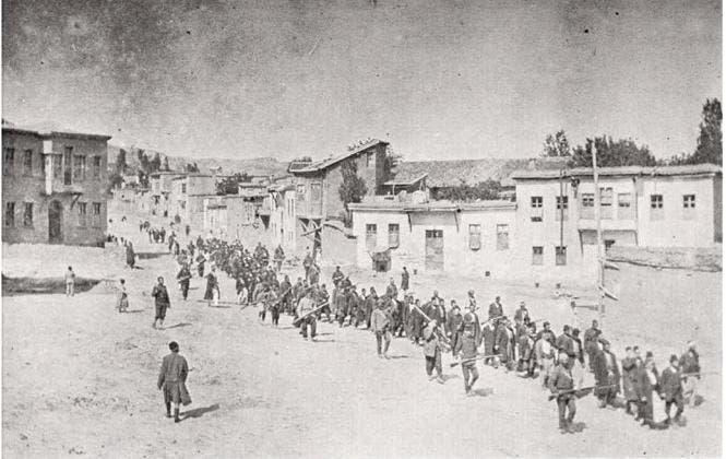 صورة لعملية تهجير مئات الأرمن على يد العثمانيين