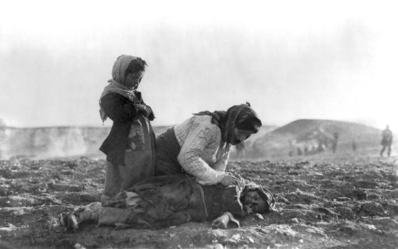 صورة لإمرأة أرمينية وهي جاثمة بجانب جثة طفل توفي من الإرهاق أثناء مسيرات الموت