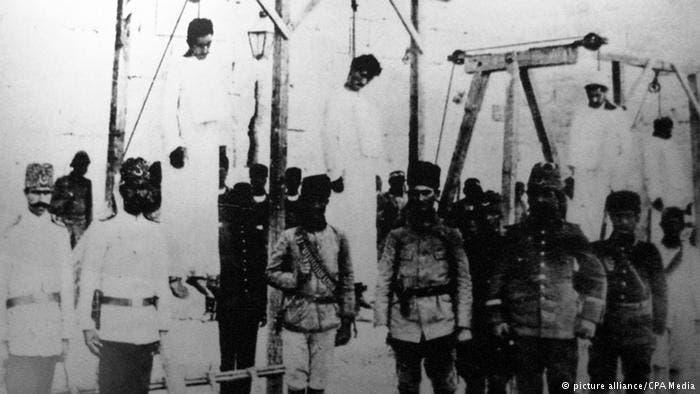 صورة لجنود عثمانيين إلى جوار جثث عدد من الأرمن المشنوقين
