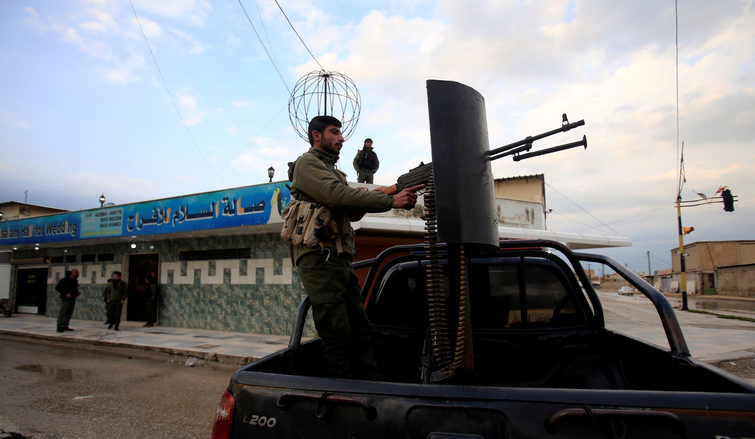 عنصر من قوات سوريا الديمقراطية(رويترز)