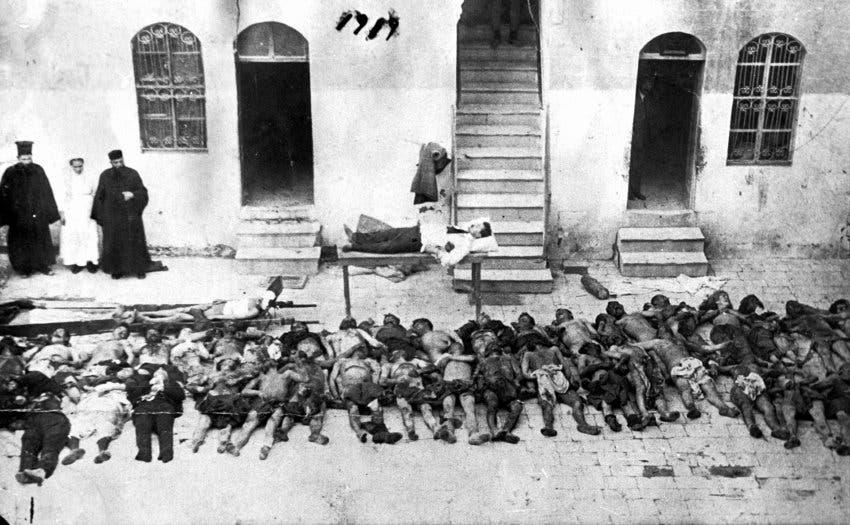 صورة لجثث عدد من الأرمن الذين أبادهم الجنود الأتراك