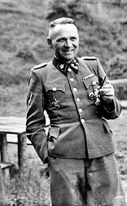 صورة لرودولف هوس قائد معسكر أوشفيتز للإبادة الجماعية